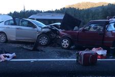 Antalya'da iki otomobil çarpıştı: 7 yaralı
