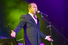 Ferhat Göçer konserinde talihsiz kaza ilk müdahaleyi ünlü sanatçı yaptı!