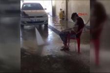 İşçiye tazyikli suyla işkence! Utanmadan paylaştı