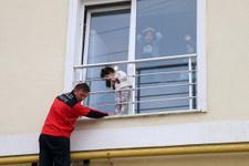 Pencereyle korkuluk arasında sıkışan çocuk kurtarıldı