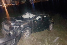 Pendik'te lüks otomobil yuvarlanmış halde tarlada bulundu
