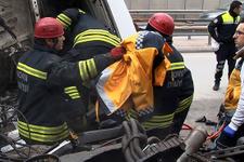 112 çalışanı, üşüyen yaralının üstüne montunu örttü