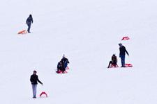 Hem denize giriyorlar hem kayak yapıyorlar burası Türkiye