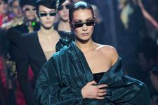Dünyaca ünlü model kıyafetinin azizliğine uğradı podyumda göğsü açıldı!