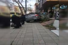 Fren yerine gaza basan kadın sürücü merdivenlere daldı