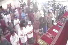 Depreme camide yakalanan cemaatin korku dolu kaçısı kamerada