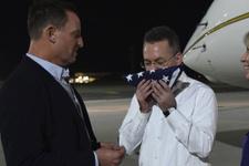 ABD'li Rahip Brunson Almanya'da ABD bayrağını öptü