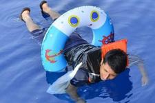 Denizde yakalandı kolundaki şoke etti