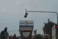 Azami yükseklik sınırını aşan TIR, trafik lambasını böyle kırdı