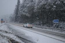 Kar yağışı etkili oluyor: Yollar beyaza büründü!