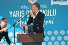Milli Eğitim Bakanı Ziya Selçuk kürsüde öğrencilere ıslıkla karşılık verdi!