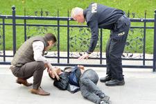 Kalabalığa aldırmadı: Sokak ortasında dehşeti yaşattı!