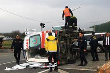 Ambulans kaza yapınca sağlık çalışanlarını darp ettiler!