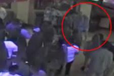 Taciz eden güvenlik görevlisini iki yumrukla bayılttı