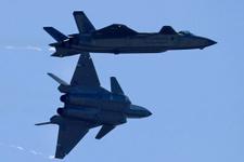 Çin herkesten gizlediği yerli savaş uçaklarını tanıttı!