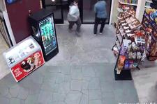 Kadın sürücü geri viteste dükkana daldı