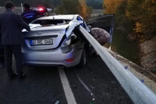 Bariyer otomobile ok gibi saplandı: Ölü ve yaralılar var!