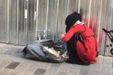 Çöpleri karıştıran kadın insanları çıldırttı