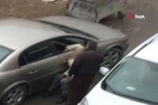 Genç kadını otomobille metrelerce sürükledi