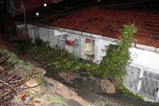 Beşiktaş'ta toprak kayması maddi hasar meydana geldi