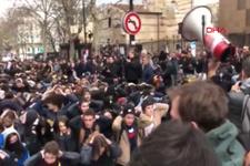 Fransa'da polisten liseli eylemcilere sert müdahale kamerada