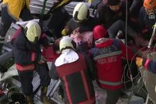 Tren kazasında yaralı yolcunun kurtarılma anı