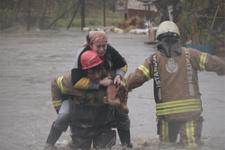 Yağmur hayatı felç etti! Sarıyer'de dere taştı, evleri su bastı