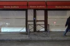 Paris'te dükkânlar metal ve tahta plakalarla kapatıldı
