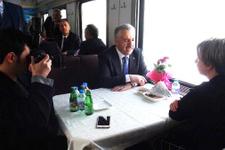 Ahmet Arslan Doğu Ekspresi'ne binince ilgi odağı oldu