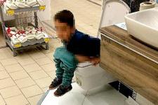 AVM'de teşhir ürünü klozete tuvaletini yaptı