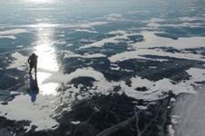 Buzlu gölü patenle geçen 76 yaşındaki nineye bakın!