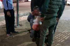 2 yaşındaki kızına göz kırpan kişiyi öldüresiye dövdü!
