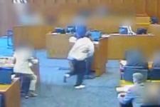 Kürsüdeki görgü tanığını öldürmek isteyen çete üyesi polis tarafından vuruldu