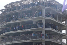 Amatör lig maçını inşaat halindeki binadan izlediler