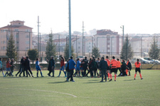 Kadın futbolcuya erkek antrenör saldırdı