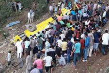 Hindistan'da okul otobüsü uçuruma yuvarlandı: En az 27 öğrenci öldü