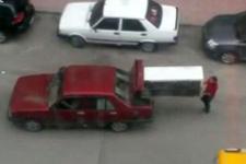 Büyük buzdolabını otomobilin bagajında taşıdılar