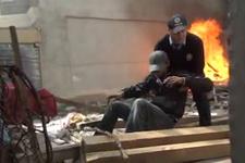 Kahraman polis madde bağımlısını alevlerin arasından kurtardı