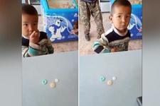 Şeker alabilmek için bakkala 3 düğme veren çocuk