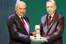 Mevlüt Uysal'a 'En Yeşilaycı Siyasetçi' ödülünü Cumhurbaşkanı Erdoğan verdi