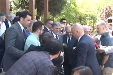 Abdullah Gül'e cami çıkışında büyük şok 'Kardeşini yalnız bırakma'