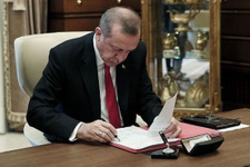 Cumhurbaşkanı Erdoğan imzayı attı, Twitter'dan paylaştı