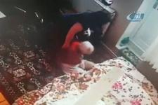Yaşlı kadına bakıcı dehşeti! Kamerayı farketmedi