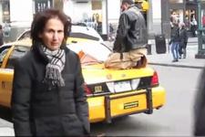 Görenleri şaşkına çeviren olay! Taksi üzerinde namaz kıldı