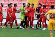 Mersin İY kalecisi 4. gol sonrası sahayı terk etti