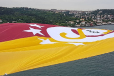Şampiyon Galatasaray'ın bayrağı Boğaz'a asıldı