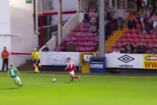 Gol atmak için kalesini terk eden kaleci gol yedi