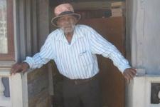 114 yaşındaki dünyanın en yaşlı adamı sigarayı bırakmaya çalışıyor
