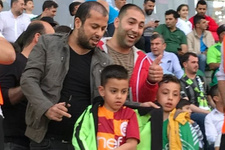 Akhisar taraftarı minik Galatasaraylı'ya ayıp etti