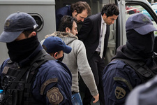 Atina'dan darbeci askerlere 24 saat silahlı koruma